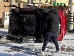 公共充电站里的一辆北汽新能源汽车发生疑似自燃