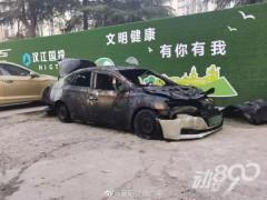 修理厂内停放的一辆电动汽车在烤漆房发生自燃