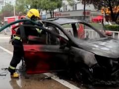 电动汽车行驶中突然起火 消防员及时到场救援