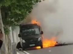 网友爆料疑似电动汽车冒烟起火爆炸