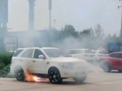 山东泰安一辆电动汽车路边突然自燃