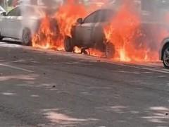 云龙公园北门王陵路的停车泊位上,一辆白色新能源汽车突然着火