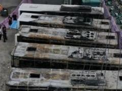 长沙岳麓区一电动汽车充电站内5辆公交车起火 现场浓烟滚滚