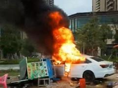广东惠州一辆新能源轿车撞入路边摊起火 多名路人被撞倒