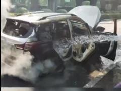 #杭州# 私家车冒烟被灭后又复燃 消防紧急救援